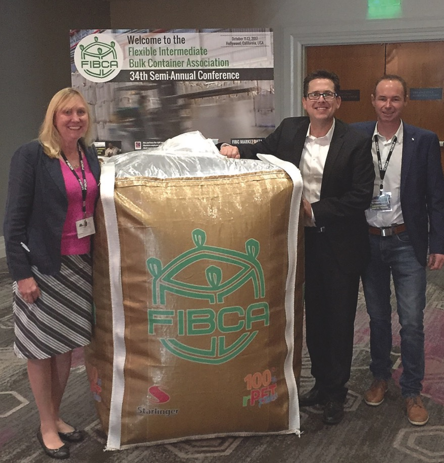 Starlinger goes Hollywood: Presentation of a golden FIBC made from PET bottle flakes at the 34th FIBCA conference in California